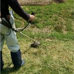 草刈り機を使うときにはゴーグルをつけましょう!